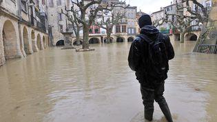 Une personne dans une rue inondée de Sommières (Gard) après de fortes fluies, le 3 février 2009. (PASCAL GUYOT / AFP)