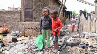 Des enfants dans une rue d'un bidonville de la capitale Antananarivo, la ville Malgache la plus touchée par l'épidémie de rougeole. (DOJCINOVIC SVETLANA/SIPA)
