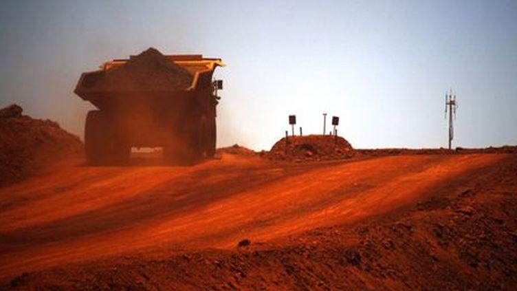 Un camion chargé de minerai circule sur le site d'une mine de fer à quelque 400 km de la ville de Port Hedland (côte ouest de l'Australie). (Reuters - David Gray)