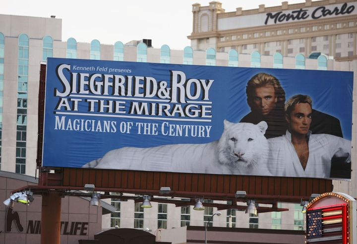 Affiche du spectacle Siegfried and Roy à Las Vegas en 2003.  (CARLO ALLEGRI / GETTY IMAGES NORTH AMERICA)