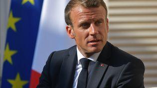 Emmanuel Macron, le 19 août 2019 au fort de Brégançon en compagnie du président russe Vladimir Poutine. (ALEXEI DRUZHININ / SPUTNIK / AFP)