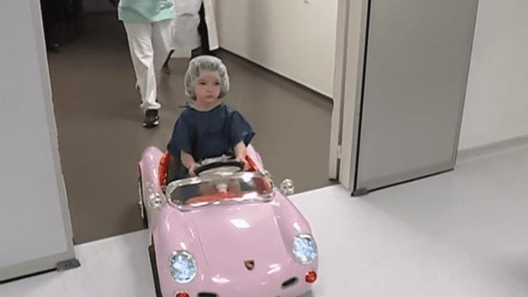 Valenciennes : des petites voitures pour mener les jeunes patients en bloc opératoire avec moins de stress (France 3)