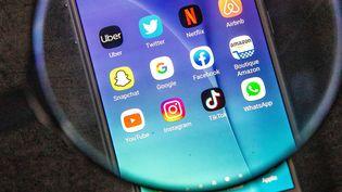 Différents réseaux sociaux sur un écran de smartphone. Photo d'illustration. (CHRISTOPHE MORIN / MAXPPP)