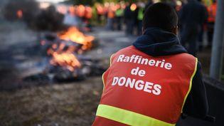 Un salarié de la raffinerie de Donges participe à un blocage pour protester contre la loi Travail, le 24 mai 2016. (JEAN-SEBASTIEN EVRARD / AFP)
