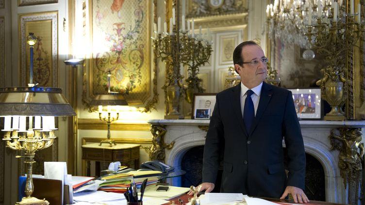 Le président de la République, François Hollande, dans son bureau de l'Elysée, à Paris, le 17 décembre 2012. (BERTRAND LANGLOIS / AFP)