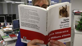 Une lectrice découvre le livre d'Agnès Desarthe... (14/11/2012)  (Pierre Verdy / AFP)