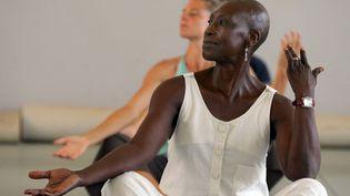 La chorégraphe franco-sénégalaise Germaine Acogny dans son Ecole des sables à Toubab Dialaw, au Sénégal, le 29 août 2007. (GEORGES GOBET / AFP)