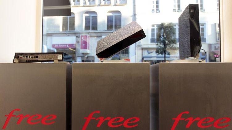 La dernière génération de Freebox, dans un magasin à Rouen (Seine-Maritime) le 19 novembre 2011. (KENZO TRIBOUILLARD / AFP)