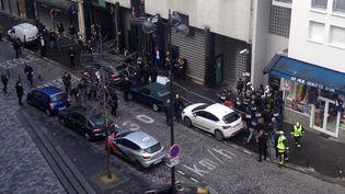 Des policiers et des secouristes devant le commissariat de la Goutte-d'Or, à Paris, oùun homme a été tué, le 7 janvier 2016. (REUTERS)