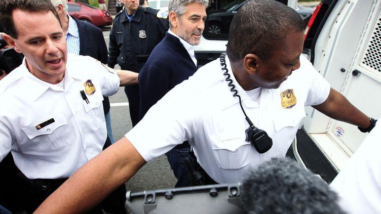 """Georges Clooney manifestait en compagnie de plusieurs députés américains et des militants associatifs, ainsi que son père Nick contrev les """"crimes de guerre"""" au Sud-Soudan Vendredi 16 mars 2012 (ALEX WONG / GETTY IMAGES NORTH AMERICA)"""