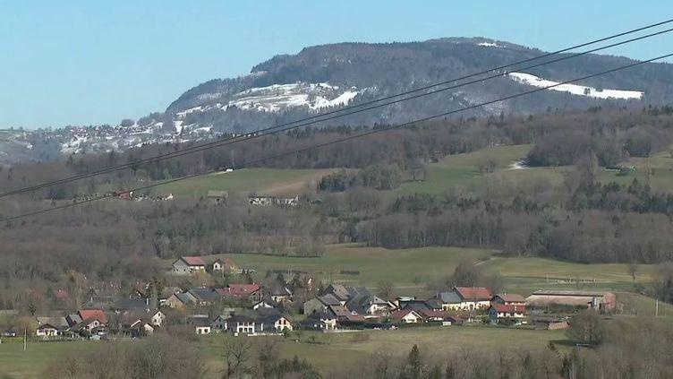 Il y a déjà au moins un deuxième foyer infectieux en France : La Balme-de-Sillingy (Haute-Savoie). La commune compte officiellement au moins quatre malades duCovid-19. (France 3)