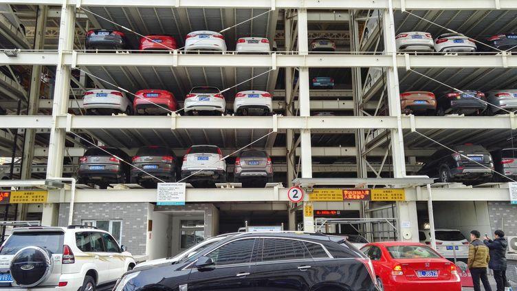 Un parking à étages pour garer les très nombreuses voitures dans Pékin (Chine). (QIANLONG / IMAGINECHINA)