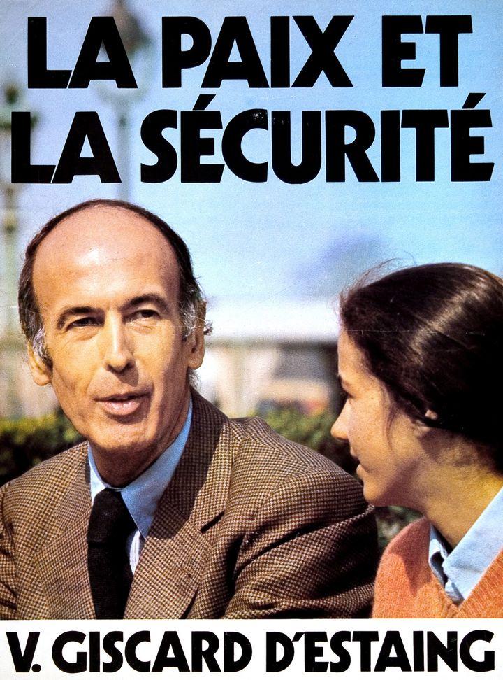 L'affiche de Valéry Giscard d'Estaing avec sa fille Jacinte, pour la campagne de 1974. (HERMANN WENDLER / PASSAGE DE RETZ / AFP)