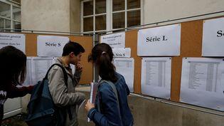 Des lycéens arrivent devant les listes, à quelques minutes du début de l'épreuve de philosophie, le 15 juin 2016, au lycée Charlemagne, à Paris. (FRANCOIS GUILLOT / AFP)