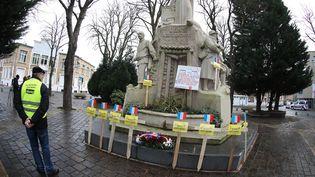 """Des """"gilets jaunes"""" défilent devant le monument aux morts de Lens (Pas-de-Calais), le 30 décembre 2018. (LUDOVIC MAILLARD / PHOTO PQR / VOIX DU NORD / MAXPPP)"""