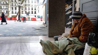 Une femme sans-abri, s'abrite du froid dans un hall d'immeuble, le 30 Janvier 2012 à Tours. (Photo d'illustration) (ALAIN JOCARD / AFP)
