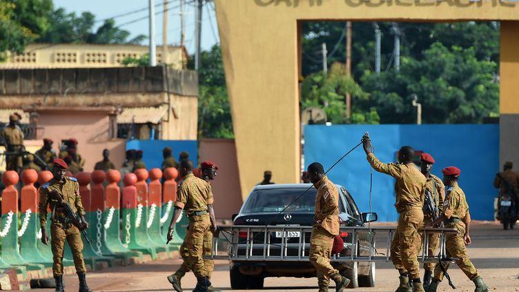 Des troupes de l'armée dans un camp à Ouagadougou (Burkina Faso), le 22 septembre 2015. (SIA KAMBOU / AFP)