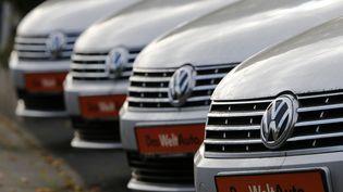 """Un concessionnaire près de Bonn, en Allemagne, le 4 novembre 2015. Volkswagen afait état d'""""irrégularités"""" sur les émissions de CO2 de 800 000 voitures. (WOLFGANG RATTAY / REUTERS)"""