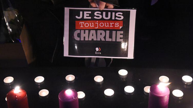 Une personne tenant une pancarte pendant un rassemblement pour commémorer le second anniversaire de l'attaque à Charlie Hebdo, le 7 janvier 2017. (BERTRAND GUAY / AFP)