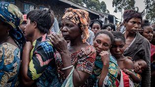 Des habitants de Goma ayant fui devant l'éruption du volcan Nyiragongo attendent de se faire enregistrer pour obtenir de l'aide, le 25 mai 2021. (GUERCHOM NDEBO / AFP)