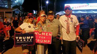 Leonard, un vetéran du Vietnam, ici entouré de sa famille à Tampa en Floride le 24 octobre, suit les meetings de Donald Trump (BENJAMIN ILLY / RADIO FRANCE)