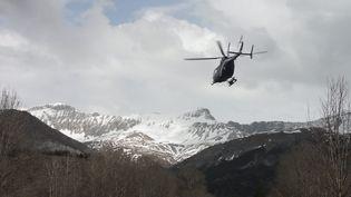 Un hélicoptère de la gendarmerie survole la zone à proximité du crash de l'Airbus A320, près de Barcelonnette (Alpes-de-Haute-Provence), le 24 mars 2015. (MAXPPP)