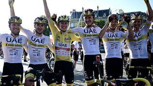 Tadej Pogacar fête sa victoire sur le Tour de France avec ses coéquipiers à Paris. (PHILIPPE LOPEZ / POOL)