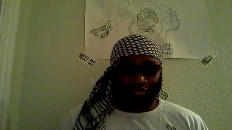 Sur une vidéo postée sur YouTube le 26 novembre 2011, YoussoufFofana fait l'apologie d'Al-Qaïda. (YOUTUBE / FRANCETV INFO)