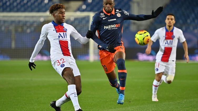 Le Parisien Timothee Pembele face au joueur de Montpellier Stephy Mavididi  (PASCAL GUYOT / AFP)