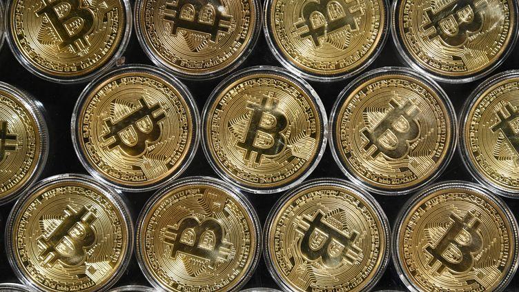 """Une imitation """"physique"""" de bitcoins, le 24 septembre 2020, dans une boutique d'Istanbul (Turquie). (OZAN KOSE / AFP)"""