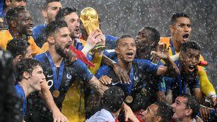 Les Français sacrés champion du monde après leur victoire face à la Croatie (4-2) en finale à Moscou, le dimanche 15 juillet 2018. (JEWEL SAMAD / AFP)