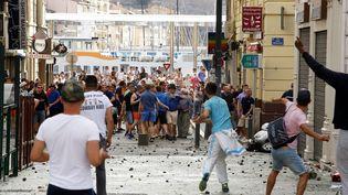 Des supporters anglais et russes dans une rue de Marseille, avant le match Angleterre-Russie, le 11 juin 2016, pendant l'Euro. (MAXPPP)