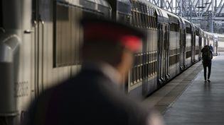 Un cheminot, sur le quai de la Gare du Nord, le 12 juin 2014 à Paris. (JOEL SAGET / AFP)