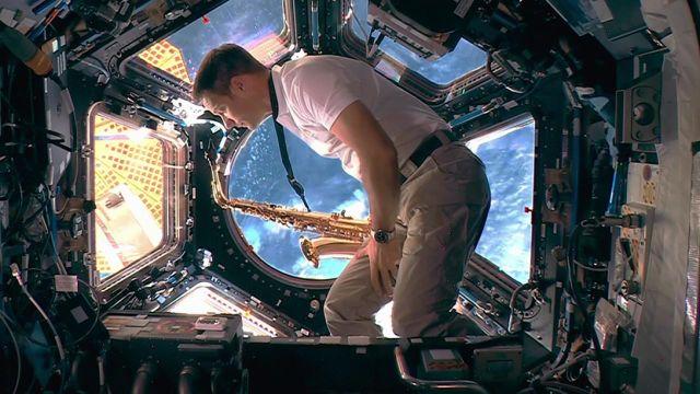 L'astronaute français, Thomas Pesquet, joue le début de la Marseillaise au saxophone pendant la cérémonie de clôture des JO de Tokyo.