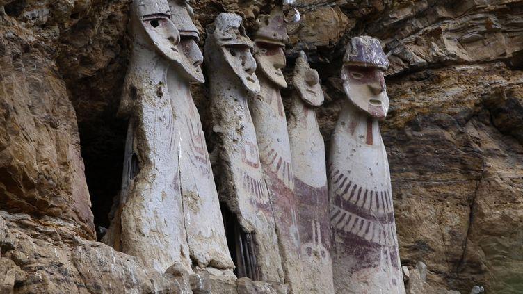 Six sarcophages de la culture Chachapoyas, photographiés le 31 janvier 2009 dans la vallée de Luyas, dans le nord du Pérou. (PILAR OLIVARES / REUTERS)