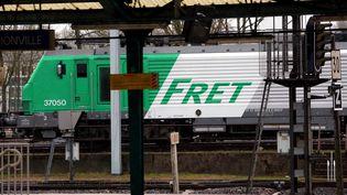 Une locomotive de fret en gare de Thionville (Moselle). (JULIO PELAEZ / MAXPPP)