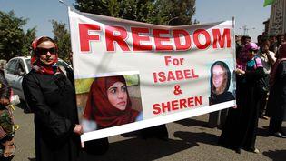 Une manifestation pour demander la libération des otages Isabelle Prime (droite) et Sherine Makkaoui, le 5 mars 2015, à Sanaa (Yémen). (MOHAMMED HUWAIS / AFP)