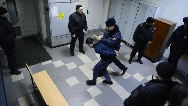 Un homme suspecté de complicité avec le terroriste du métro de Saint-Petersbourg, le 7 avril 2017. (OLGA MALTSEVA / AFP)