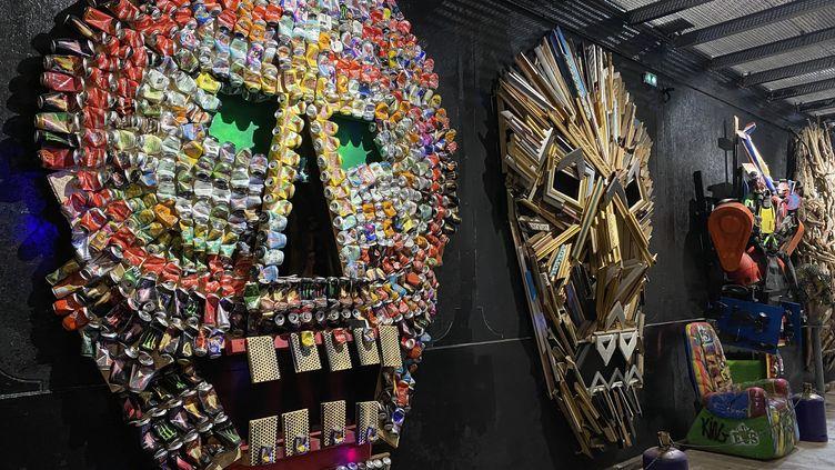 """Les """"skulls"""", spécialités de l'artisteà base de matériauxrecyclés (M. Herenstein)"""
