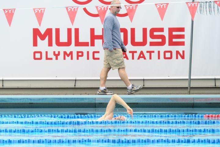 Yannick Agnel s'entraîne au Mulhouse olympic natation, avec son coach américain Bob Bowman, le 3 avril 2014. (SEBASTIEN BOZON / AFP)