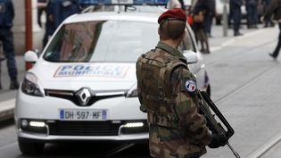 Un militaire en faction à Nice (Alpes-Maritimes), le 3 février 2015, dans le cadre du plan Vigipirate. (VALERY HACHE / AFP)