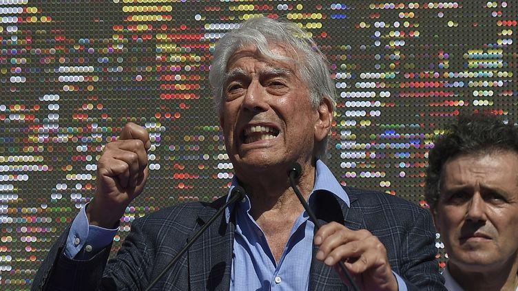 Le discours du Prix Nobel de littérature Mario Vargas Llosa, le 8 octobre, à Barcelone lors du rassemblement contre l'indépendance de la Catalogne.  (JORGE GUERRERO / AFP)