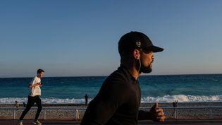 Des sportifs courent à Nice (Alpes-Maritimes), le 21 février 2021. (LAURENCE KOURCIA / HANS LUCAS / AFP)
