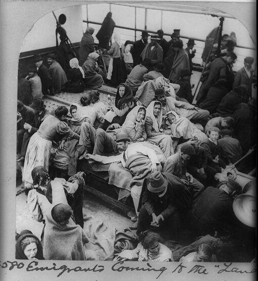 Immigrants, probablement russes ou polonais, sur un bateau approchant de New York vers 1900. (AFP - ANN RONAN PICTURE LIBRARY - PHOTO12)