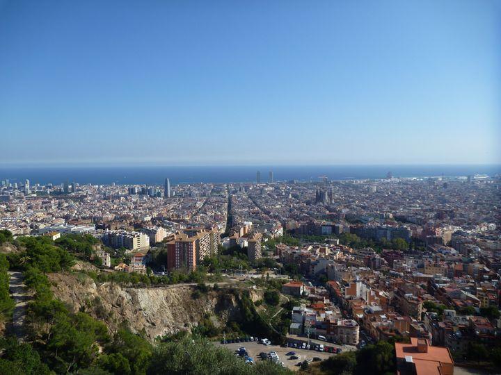 """La ville de Barcelone et la Méditerranée vue des """"Bunkers del Carmel"""". (www.barcelona-autrement.com)"""