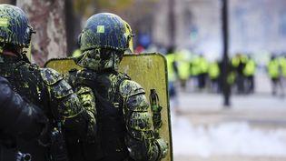 """L'équipement des CRS recouvert de peinture pendant leur face-à-face avec des """"gilets jaunes"""". (ALAIN JOCARD / AFP)"""