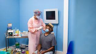 Au dispensaire de Maripasoula en Guyane française, dans une salle dédiee au dépistage du COVID, une soignante effectue un test de dépistage PCR. (THIBAUD VAERMAN / HANS LUCAS)