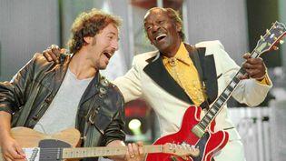 Bruce Springsteen et Chuck Berry en 1995.  (MARK DUNCAN/AP/SIPA)