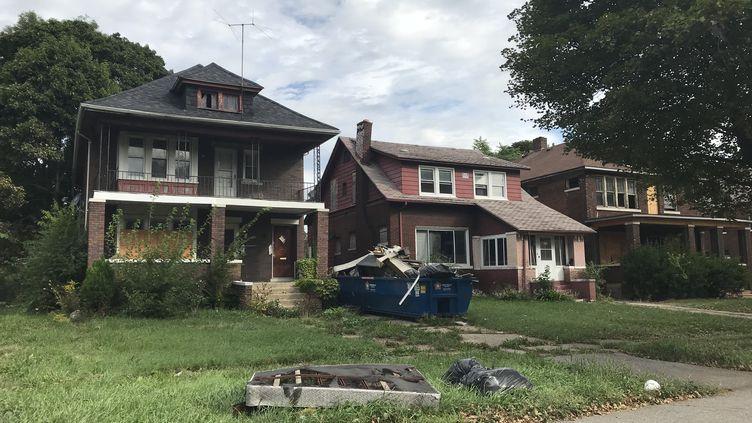 Dix ans après la crise des subprimes, des milliers de maisons sont encore à l'abandon à Detroit (Michigan). Certaines sont rachetées pour une bouchée de pain. (GREGORY PHILIPPS / FRANCEINFO)