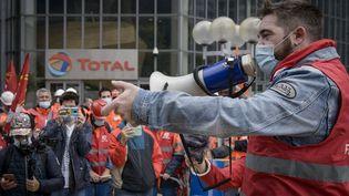 Des salariés de Total opposés à la stratégie de l'entreprise, dans la raffinerie de Grandpuits (Seine-et-Marne), le 6 octobre 2020. (JACOPO LANDI / NURPHOTO / AFP)
